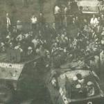 Transportéry Veřejné bezpečnosti vytlačují demonstranty