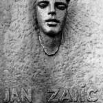 Detail pamětní desky s bustou na budově šumperské průmyslovky; autorem sochař Olbram Zoubek