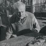 Olbram Zoubek osazuje Janův náhrobek do původně plánované podoby, rok 1990