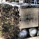 Koule, na kterých sarkofág spočívá, strana vyhodnotila jako ideologicky nepřípustné, upomínající okovy trestanců...