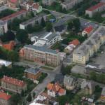 Uprostřed budova někdejší Střední železniční průmyslovky, dnes VOŠ a SPŠ Šumperk; hned vpravo za cestou začínal areál sovětských kasáren...